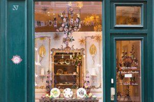 Le style élégant de la vitrine du Cabinet de Porcelaine.