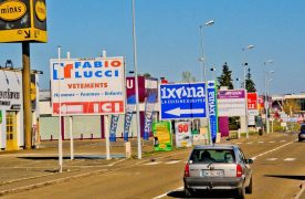 Panneaux publicitaires dans une zone commerciale LE MANS 72 France 16 03 2014/Credit:GILE MICHEL/SIPA/1403201544