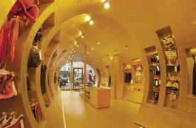 En 2012, sur 50 m² à peine, la créatrice avait réussi à « reproduire l'ambiance d'une grotte fantastique », grâce à une structure en tunnel et à des parois tapissées à la feuille d'or.